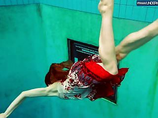 수영장에서 수영하는 뜨거운 폴란드어 빨간 머리