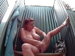 큰 가슴을 가진 성숙한 여인이 섹시한 샤워를합니다.
