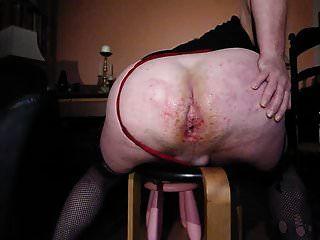 큰 엉덩이 주먹 섹스와 여주인에 의해 소변을 보았다.