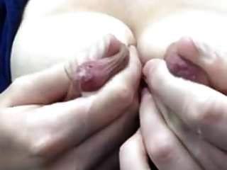 그녀의 거대한 유방 젖꼭지를 착유
