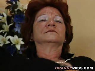 레즈비언 할머니는 섹시한 금발의 여인과 섹스를한다.