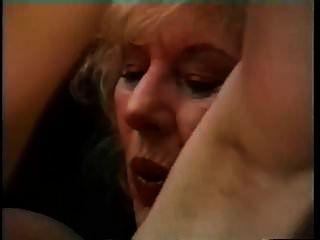 큰 가슴을 가진 할머니는 젊은 남자를 유혹하고 그를 두 드린다.