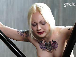 좋은 문신을 한 소녀가 caned