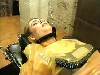 고무 여주인에 의해 어리석은 라텍스 암캐 엉덩이