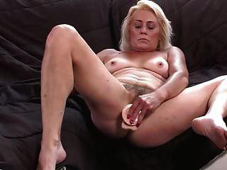 털이 많은 할머니가 그녀의 젖은 음부를 보여줍니다.