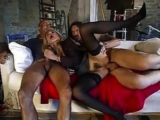 성숙한 이탈리아 사람은 2 명의 큰 수탉의 남자에 의해 엉덩이에 좆됩니다.