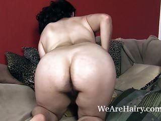 그녀의 털이 많은 몸매를 오늘 보여주기 위해 알몸으로 벗겨지는 와라 스트립