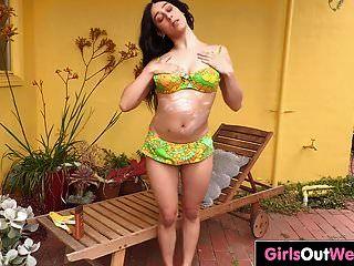 매력적인 호주 아가씨 장난감 그녀의 털이 많은 새끼와 엉덩이
