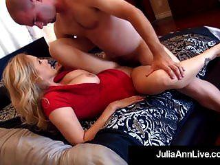 우아한 milf 줄리아 앤 그녀의 입 \u0026 음부에 두 자지를 얻습니다!