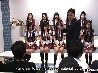 일본 여학생들은 우상 c에서 장난 꾸러기를한다.