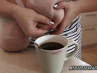 그녀의 가슴에서부터 caffe까지 젖 짜는 로맨스 밀러
