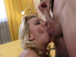 섹시한 엄마와 어린 아들과 함께 금기 가정의 섹스