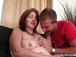 그는 섹시한 섹스에 어머니를 유혹합니다.