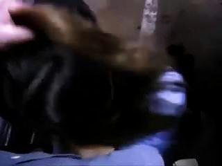 꽤 못된 미국인이 지하 차에서 그녀의 남자를 빨아 들인다.