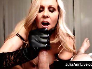 Julia Ann은 검은 색 장갑을 입고 수탉에게 젖을 먹입니다!