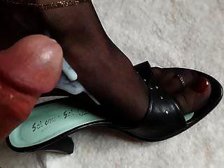 정액과 소변에 적신 나일론의 발