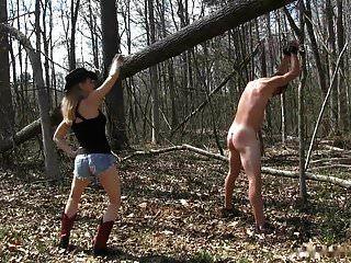 숲속에서 그녀의 노예를 휘두르는 시골 소녀 여주인
