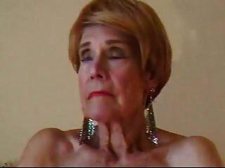 olga는 74 살이며 그녀의 대머리 여자를 손가락으로 사랑한다.