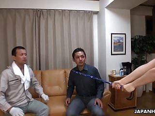 일본 단 정치 못한 남자는 그녀의 삼인조 환상을 현실로 만들기 위해 마술을 사용합니다.