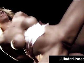milf 여왕 julia ann는 무대에서 항문 섹스를하게됩니다!