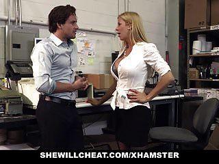 shewillcheat busty milf 보스가 신입 사원을 성교시킵니다.