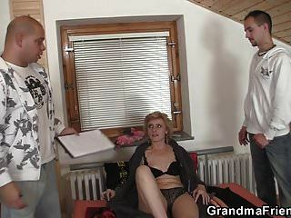 60 세 마른 할머니가 두 남자를 기쁘게합니다.