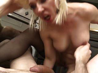 걸레 엄마는 아주 큰 거시기와 섹스를 빨아.