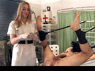여주인은 시험을 위해 노예의 엉덩이를 뻗는다.