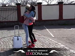 lexi dona와 gina gerson은 움직이는 차에서 벗은 채로 놀다.