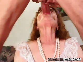 할머니가 젊은 수탉을 원한다.
