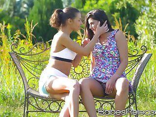 장난 꾸러기 어린 코코 데 말과 헤네시는 레즈비언 섹스를했습니다.