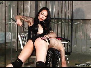 일본 지배인은 노예가 엉덩이를 핥고 빨아 먹는 것을 만듭니다.