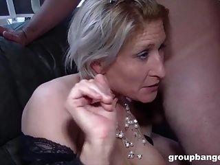 teresa는 그녀의 구멍을 채우기를 열망하는 흥분한 독일 여성입니다.