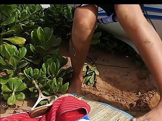 latina 작은 가슴 큰 젖꼭지 오줌 해변에 빨아.