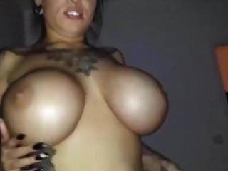 큰 가슴을 가진 섹시한 가려진 걸레가 좆되다.