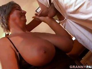 busty 할머니는 그녀의 큰 가슴을 가진 젊은 녀석을 유혹합니다.