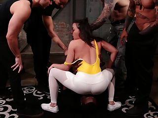 휘트니 라이트는 체육관에서 갱부를 잡는다.