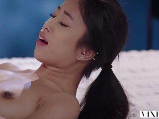 젊은 아시아 학생 vixen 이웃과 열정적 인 섹스를했습니다.