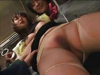 여학생들이 버스에서 유부녀를 습격했다.