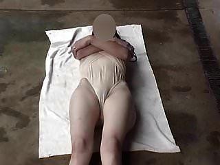 투명한 수영복 다리가 넓게 열린다.