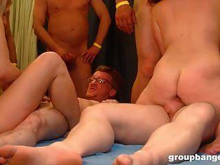 성숙한 젊은 매춘부가 거대한 갱내에서 하드 코어를 망 쳤어.