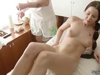 소년은 젊은 작은 사춘기를 안마 가게에서 섹스를 유혹