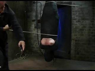 미이라화 된 걸레가 그녀의 성기에 젖꼭지를 고문하고 진동으로 만든다.