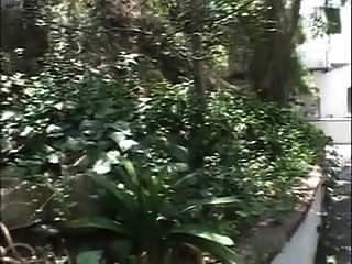 전직 선생님이 정원에서 잤다.