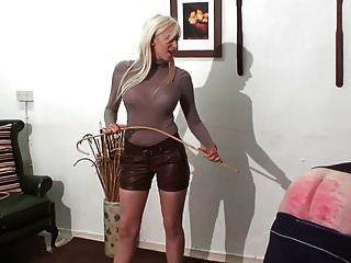 가죽 쉬에서 뜨거운 어린 금발 여주인에 의한 가벼운 처벌