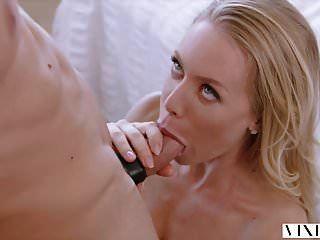 비 슨 니콜 애니스톤이 뜨거운 섹스로 그녀의 남자 친구를 놀라게합니다.