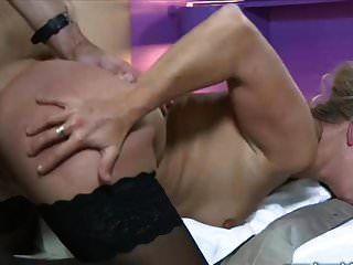 리사는 두 연인을 잔혹한 섹스 코믹