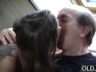 할아버지가 내 걸음 딸딸이에 자위를하고 그를 잡아 먹는다.