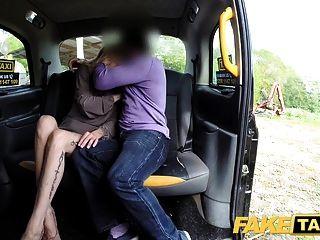 가짜 택시 새로운 드라이버가 섹시한 금발의 승객 젖은 음부 섹스