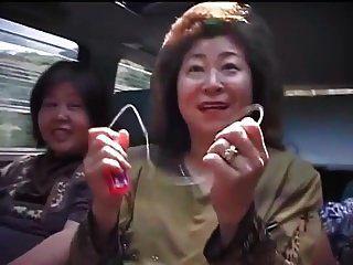 도로 여행에서 성숙한 아시아 여성